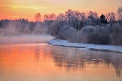 在河的有薄雾的冬天黎明 库存照片