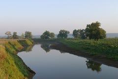 在河的有薄雾的日落 库存照片