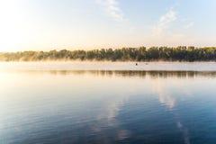 在河的有薄雾的秋天黎明 库存照片