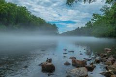 在河的有雾的薄雾 免版税库存图片