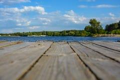 在河的木码头 库存照片