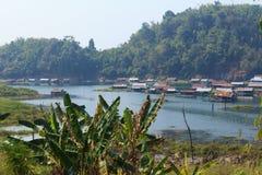 在河的木筏 免版税库存图片
