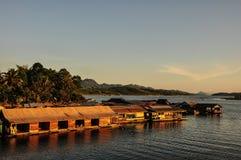 在河的木筏 免版税库存照片