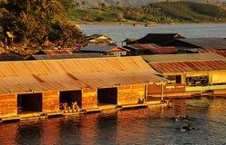 在河的木筏 库存照片