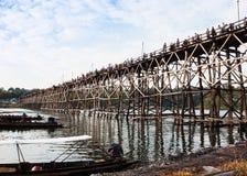 在河的树木繁茂的桥梁 免版税图库摄影