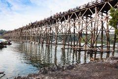 在河的树木繁茂的桥梁 免版税库存照片