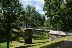 在河的桥梁有美好的腿的 免版税图库摄影