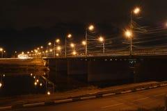在河的桥梁有黄色灯笼的在晚上 免版税库存图片