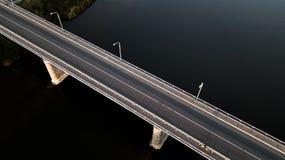 在河的桥梁有quadcopter的 库存图片
