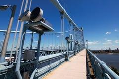 在河的桥梁走道 免版税库存图片