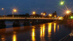 在河的桥梁黄昏的 免版税库存图片