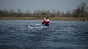 在河的残疾运动员划船独木舟的 荡桨,乘独木舟,用浆划 ?? 划皮船 paraolympic体育 影视素材