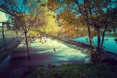 在河的水坝在水车附近 库存照片
