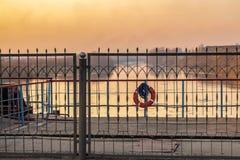 在河的水坝日落的 免版税库存图片