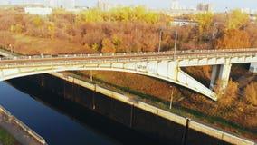在河的水闸 鸟瞰图驳船,在河门户的船在秋天好日子 影视素材