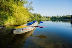 在河的河岸的可膨胀的小船 免版税库存图片