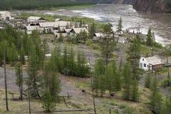 在河的河岸的离开的村庄挖掘者 免版税库存图片