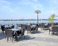 在河的河岸的kafe 库存照片