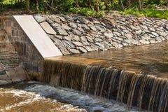 在河的测流堰 在一条农村河的校正的低谷在捷克 库存照片