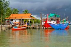 在河的渔船在风暴之前 库存图片