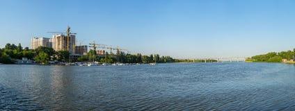 在河的游艇停车处 免版税图库摄影