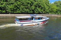 在河的游览小船 图库摄影