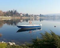 在河的湖小船 免版税图库摄影