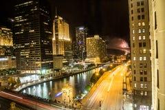在河的烟花在芝加哥在晚上 免版税图库摄影