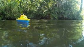 在河的玩具小船 股票视频