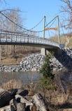 在河的现代桥梁在卡尔加里,阿尔伯塔,加拿大沙滩公园  图库摄影