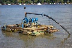 在河的电水泵 免版税库存照片