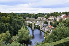 在河的石高架桥 库存照片