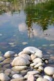 在河的石头 库存照片