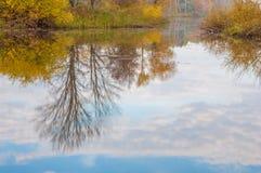在河的秋天,年的美好的时光 库存图片