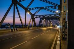在河的空的老钢结构桥梁暮色天空背景的 免版税库存照片