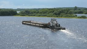 在河的空的驳船在夏天温暖的天