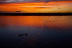 在河的红色天空 免版税库存照片
