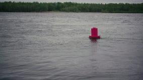在河的红色浮体以小的兴奋 慢的行动 股票录像