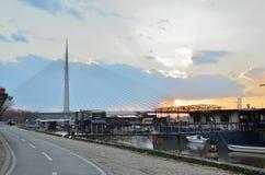 在河的缆绳被停留的桥梁 免版税图库摄影