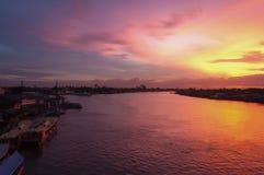 在河的美丽的暮色天空 免版税库存图片