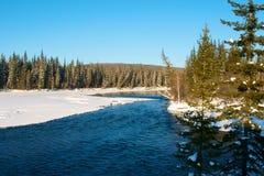 在河的美好的冬天日落在俄罗斯 免版税库存图片
