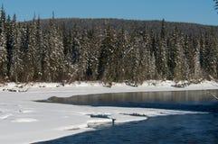 在河的美好的冬天日落在俄罗斯 库存图片