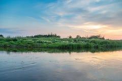 在河的美好的日落 库存图片