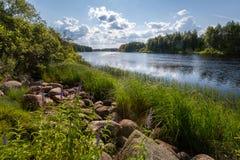 在河的美好的晴天 免版税库存照片