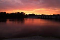 在河的美好的桃红色和紫色日落在印第安纳 库存照片