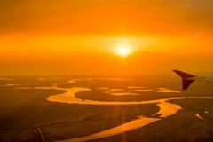 在河的美好的橙色日落,夺取从航空器 免版税库存图片