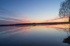 在河的美好的金黄日落 免版税库存图片