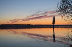 在河的美好的金黄日落 库存照片