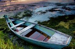 在河的老小船 库存图片