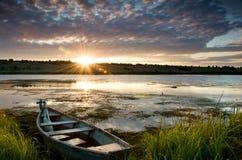 在河的老小船 免版税图库摄影